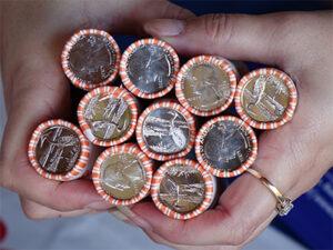 硬币的制作方法:将硬币投入流通