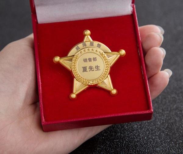 在单位服务岗满三年五年十年以上的优秀员送什么纪念品好?